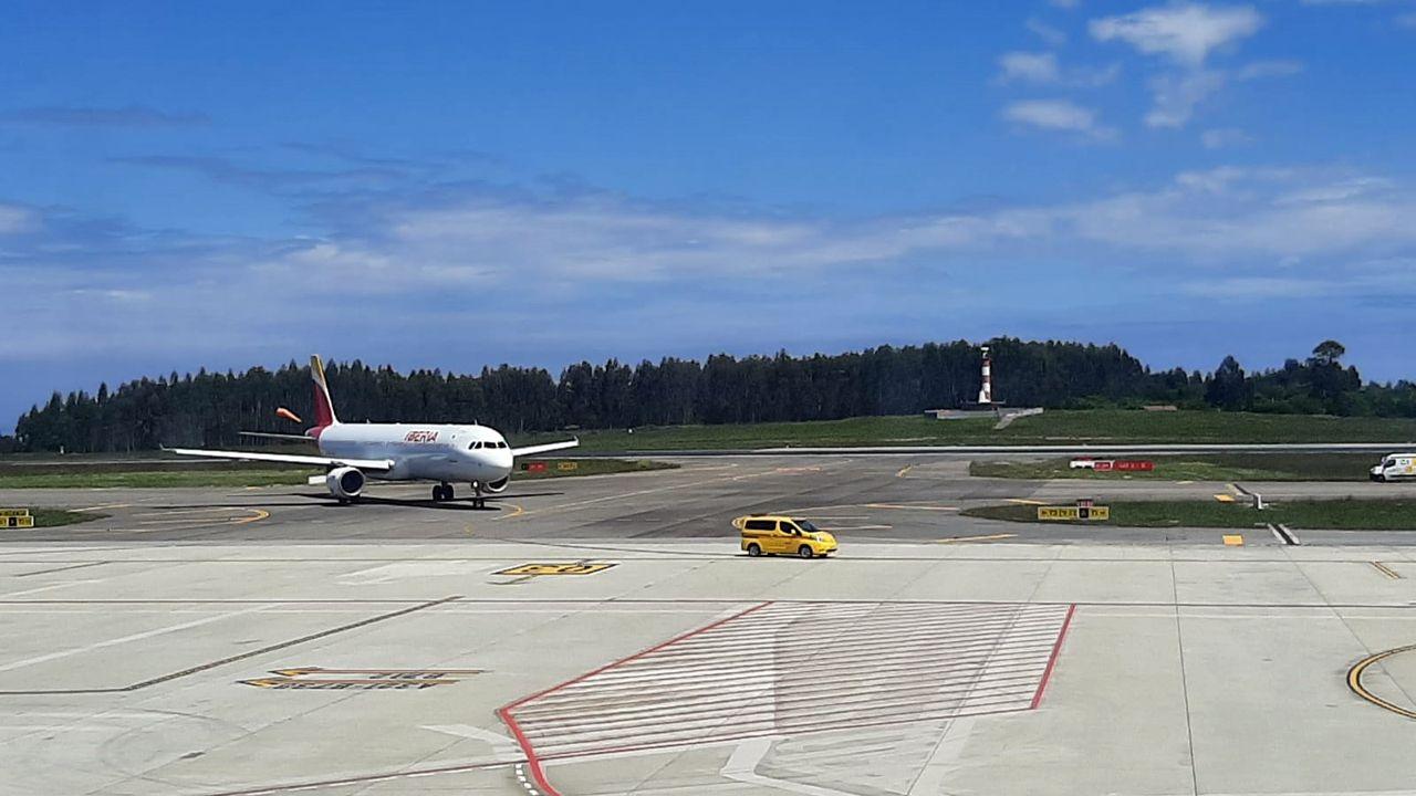 Gijón, desde el aire.Avión de Iberia averiado en la pista del Aeropuerto de Asturias