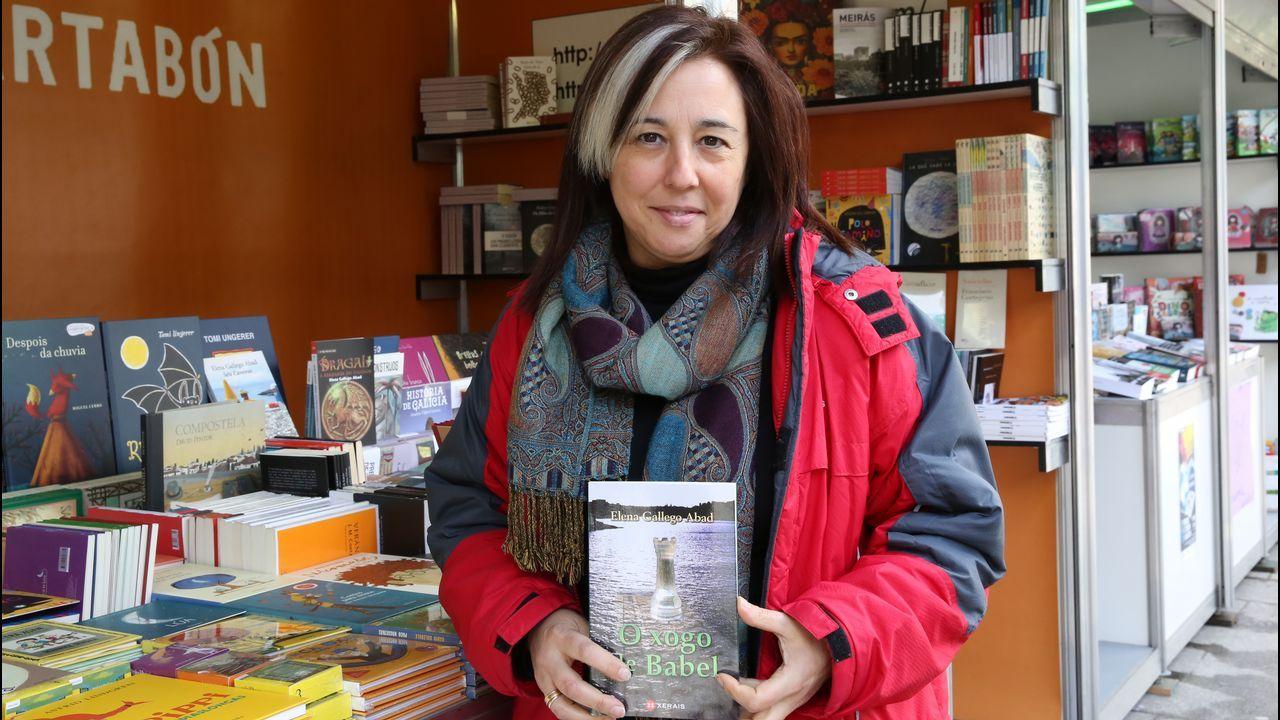 Natalia Suárez atiende a los visitantes que se acercan a la caseta de Cajón Desastre, donde triunfan los clásicos