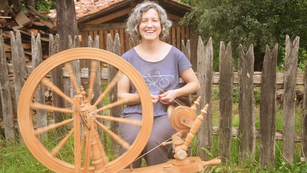 Paz González Mesa, una de las últimas hilanderas asturianas,  con la rueca