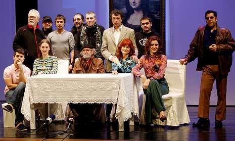 El malpicán Santi Romay -izquierda, sentado- y el cormelán Víctor Mosqueira -a la derecha, de pie- en la presentación de Da Vinci tiña razón, que llegará a Carballo este viernes.