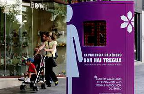 La violencia doméstica -en la imagen, el panel de víctimas en Vigo- afecta a toda la sociedad