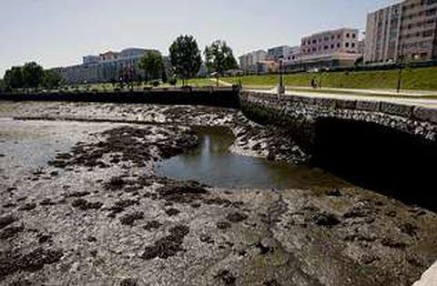 El proyecto de dragado de los lodos de la ría de O Burgo continúa pendiente de fechas y plazos