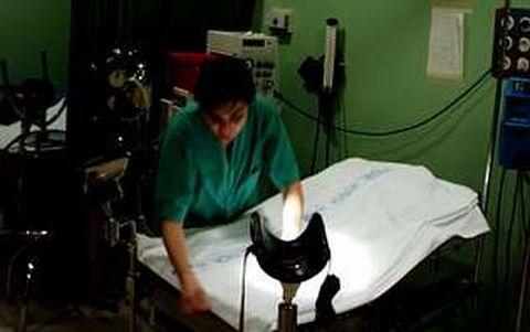 Una enfermera prepara el paritorio del hospital, en una imagen de archivo