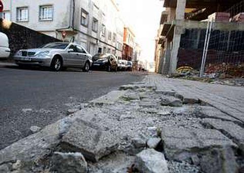 Para los vecinos de la calle Betanzos, el estado de deterioro de las aceras «es una vergüenza»
