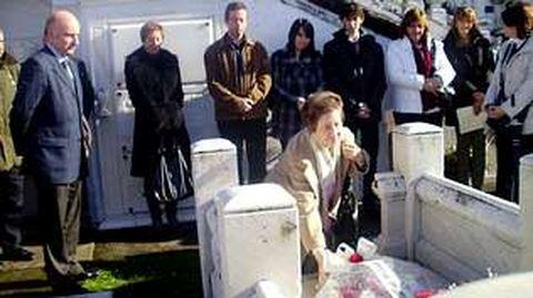 Margarita Salas protagonizó ayer la tradicional ofrenda floral ante la tumba de Severo Ochoa en el cementerio de Luarca. La científica, discípula del Nobel de Medicina, fue la encargada de depositar e