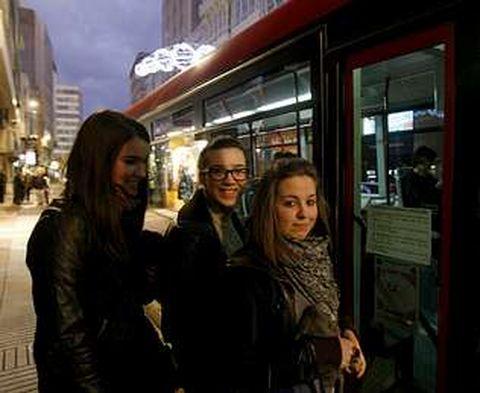 Noemí, Iria y Noelia, usuarias de Tranvías, creen que la solución está en poner más buses.