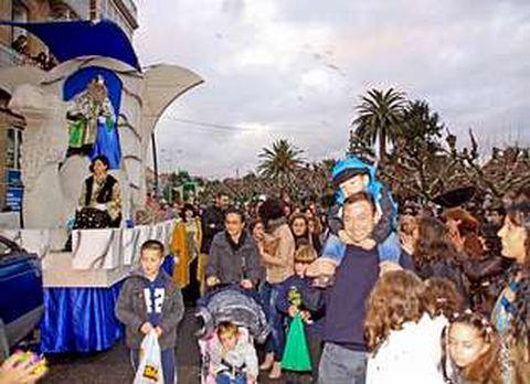En A Pobra el desfile fue seguido por cientos de vecinos.