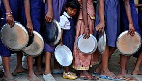 Escolares indios esperando para comer en un colegio de primaria de Hyderabad.