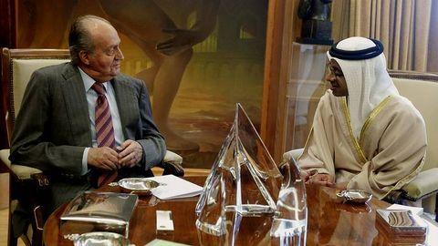 El rey ayer con el ministro de Asuntos Exteriores de Emiratos Árabes Unidos en el Palacio de la Zarzuela