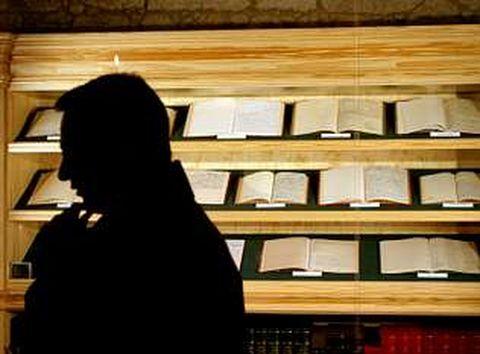 Exposición de libros en la sede de la Fundación Camilo José Cela en Padrón.