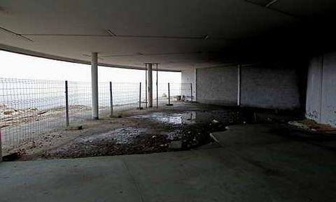 Los bajos del Millenium presentan un aspecto ruinoso y de total abandono.
