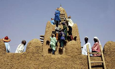 Un grupo de residentes restauran la mezquita de Yinguereber, en Tombuctú, en abril del 2006.