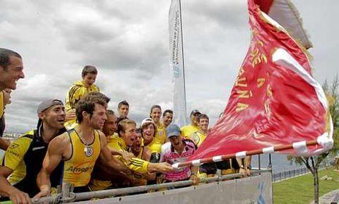 La tripulación de Amegrove, ayer ondeando la bandera de ganadora del Teresa Herrera.