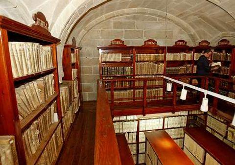 El archivo-biblioteca de la catedral de Santiago es uno de los beneficiados por el convenio.