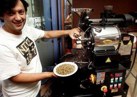 Marcos Ramos muestra cómo se tuesta el café minutos antes de convertirlo en infusión.