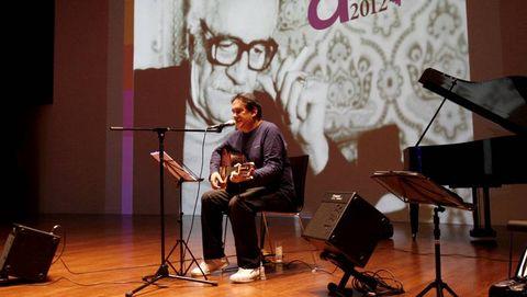 O cantautor Emilio Batallán nunha homenaxe ao poeta en Celanova durante este ano 2012.