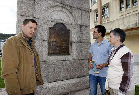 Víctor Manuel Castiñeira, Daniel Oca e María Xosé Fandiño, onte pola tarde, ao lado do monolito dedicado a Domingo Antonio de Andrade e instalado a carón da casa consistorial ceense no ano 1990.