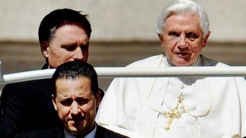 Paolo Gabriele conduce un coche por el Vaticano. Imagen de archivo