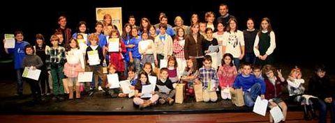 Los finalistas del certamen de Teatro Lido y los miembros del jurado posan al final de la gala celebrada ayer en el Pazo da Cultura.