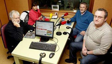 Manuel Sendón, Teresa Lord, Ricardo García Mira y Víctor Nieto durante la tertulia sobre  el 10.º aniversario del «Prestige».