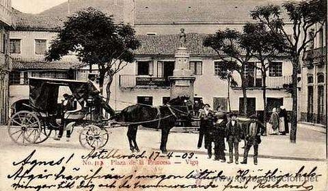 Un carro con los caballos preparado en la plaza de la Princesa.