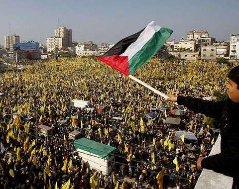 La muchedumbre se reunió en la plaza Al Saraya.
