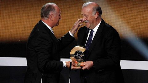 El seleccionador brasileño, Luiz Felipe Scolari, felicita a Del Bosque y le entrega el premio.