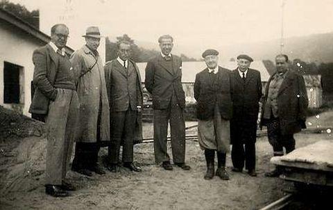 <span lang= gl >Lembrando a Parga Pondal</span>. Imaxe do fundador de Titania, Isidro Parga Pondal -terceiro pola esquerda-, visitando as instalacións de Balarés.
