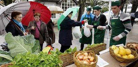 Los estudiantes estarán cada jueves en el mercado y ese día también repartirán los productos que les compren por Internet.