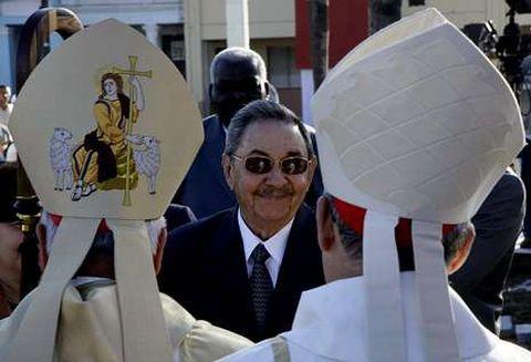 Raúl Castro, con dos altos cargos de la Iglesia cubana al poco de suceder a su hermano.