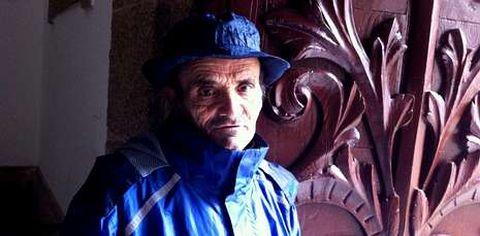 Este ganadero cordobés de 59 años se saca cinco euros al día pidiendo en una iglesia.