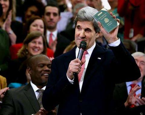 Kerry mostró su primer pasaporte diplomático obtenido con 12 años para ir a Berlín.