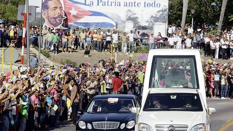 El papa Benedicto XVI hace un recorrido en el papamóvil a su llegada a Santiago de Cuba para una visita apostólica de tres días