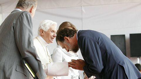 Mariano Rajoy saludaba al papa Benedicto XVI en presencia de los Reyes de España, a su llegada al aeropuerto de Barajas en Madrid, donde presidió la XXVI Jornada Mundial de la Juventud católica