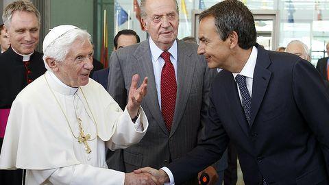 José Luis Rodríguez Zapatero saludaba al papa Benedicto XVI en presencia del rey Juan Carlos a su llegada al aeropuerto de Barajas en Madrid, donde presidió la XXVI Jornada Mundial de la Juventud católica.