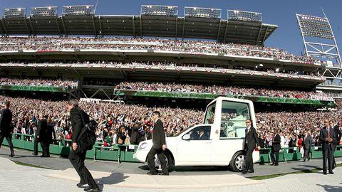 El papa Benedicto XVI saludaba al público mientras se dirigía al santuario colocado en el Estadio Nacional, donde había oficiado una misa, en Washington el abril del 2008