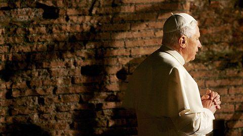 El Papa Benedicto XVI encabezando la representación del Viacrucis, que se lleva a cabo hoy, 6 de abril de 2007, en el Coliseo de Roma
