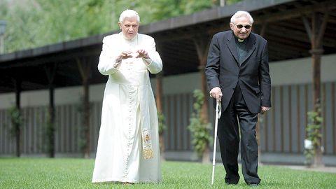 El Papa Benedicto XVI caminando junto a su hermano George Ratzinger por un parque de Bressanone, cerca de Bolzano, al norte de Italia