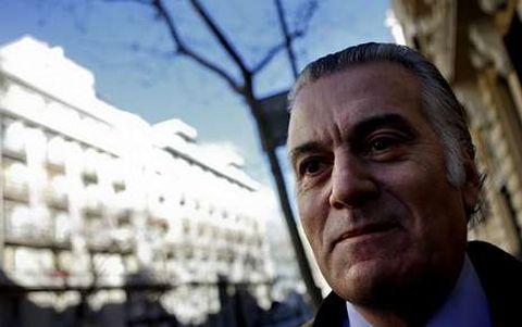 Luis Bárcenas, recientemente, sonríe ante su domicilio en el madrileño barrio de Salamanca.