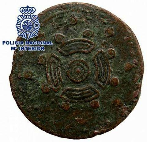 Reverso de la moneda, con la supuesta figura de un escudo castreño.
