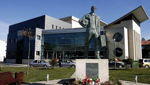 La Casa da Cultura, con el monumento al emigrante en primer plano