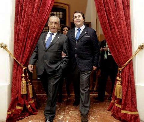 José Hidalgo, presidente de Globalia, con el alcalde, Carlos Negreira, en el Ayuntamiento.