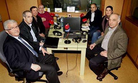 Los estudios de Radio Voz acogieron a los siete participantes en el encuentro.
