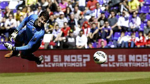 El portero del Valladolid encaja el gol del Getafe