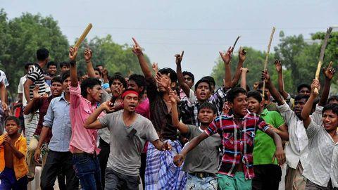 Protestas de trabajadores contra los jefes y los ingenieros del edificio derrumbado.