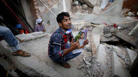 Un hombre busca a una familiar entre las ruinas del Rana Plaza.