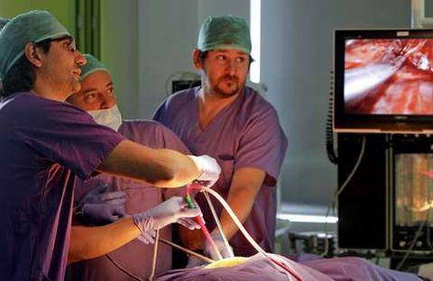 Diego González (izquierda) enseña su técnica pionera a cirujanos en un curso de formación.