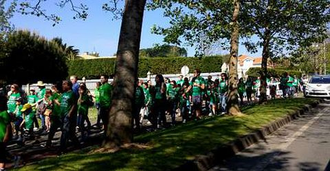 Niños de todas las edades, padres y profesores, caminaron cerca de tres kilómetros.