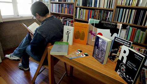 Libros de e sobre Roberto Vidal Bolaño na librería Couceiro, en Santiago.
