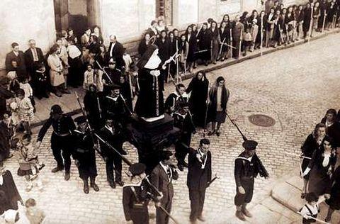 <span lang= es-es >El pasado</span>. Imágenes cedidas por la Asociación pola Defensa do Patrimonio; arriba, la fiesta en el año 1938; abajo, una procesión.